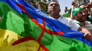 العلم الأمازيغي في مظاهرات الجزائر