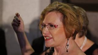 Helen Zille deixando o Parlamento na Cidade do Cabo, em 2015.
