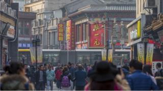 Imagem mostra pessoas caminhando em centro comercial de Pequim, na China