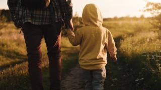 pai e filho em estrada