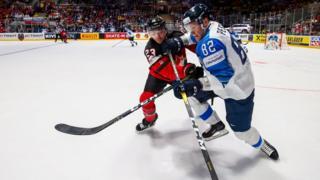 Игроки сборной Канады Сэм Райнхарт и сборной Финляндии Харри Песонен (слева направо)