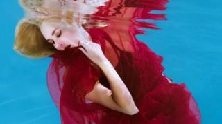 Артистка шоу под водой