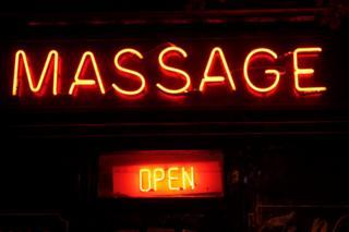 Cartel luminoso de un salón de masajes en Camden, Londres.