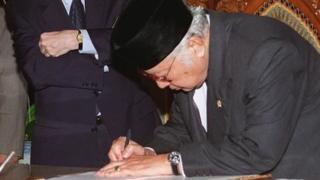 Soeharto menandatangani surat kesediaan menerima bantuan IMF senilai US$43 miliar atau Rp620 triliun.