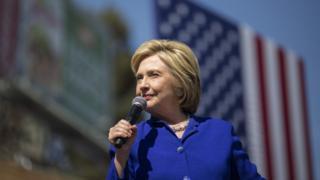 クリントン氏はプエルトリコで大勝したことで予想よりも早く代議員数の分水嶺を超えた(写真は6日にロサンゼルスで演説するクリントン氏)