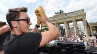 Mesut Özil 2014'te Dünya Kupası'nı kazanan Almanya'da önemli bir role sahipti