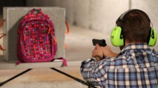 Tras el tiroteo de Sandy Hook muchas empresas se han dedicado a crear mochilas a pruebas de balas.
