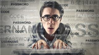 Hombre joven tecleando en un computador.