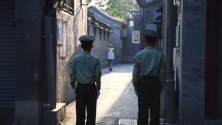 在北京的核心地帶,兩名警衛正在一條胡同內執勤。