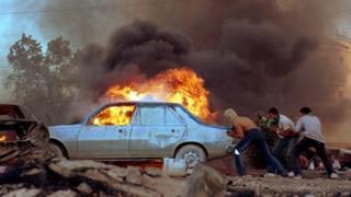 这张照片在2000年拍摄,当时巴勒斯坦西岸 爆发示威,有示威放火烧毁汽车。