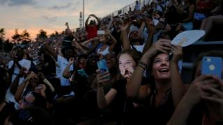Personas con sus celulares filman el eclipse
