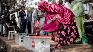 Abanya Nigeria bazindukiye mu matora y'umukuru w'igihugu