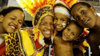 Niños brasileros con atuendos coloridos y sonriendo