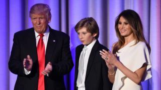 当選を喜ぶトランプ次期米大統領(左)と息子バロン君、メラニア・トランプ夫人(9日、ニューヨーク)