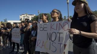 Estudiantes llevan pancartas en contra el racismo durante una marcha anti-Trump en Los Ángeles, EE.UU.