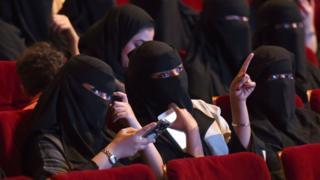 หญิงชาวซาอุฯ ชมภาพยนตร์ที่ศูนย์วัฒนธรรมคิง ฟาฮัด ในกรุงริยาด