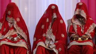数名穿着回教结婚装束的女子