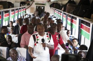 肯尼亚总统肯雅塔在通车仪式后登上列车体验并向外国记者发表讲话。