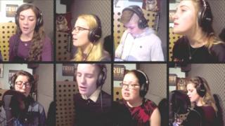 Integrante do coral de pacientes com fibrose cística cantam em estúdio em Londres