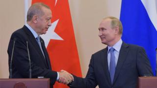 El presidente ruso, Vladimir Putin, se da la mano con el presidente turco, Tayyip Erdogan, durante una conferencia de prensa luego de sus conversaciones en Sochi, Rusia, el 22 de octubre de 2019.