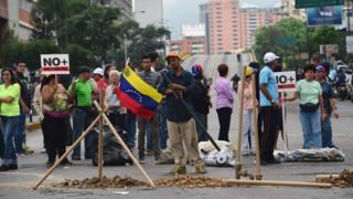 Venezuela'nın başkenti Caracas'ta yollara barikat kuran göstericiler