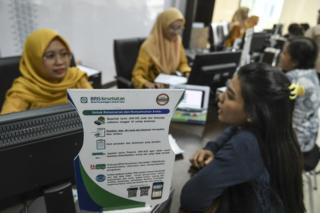 Petugas BPJS Kesehatan melayani warga di kantor Pelayanan BPJS Kesehatan Jakarta Selatan, Jumat (13/9/2019)