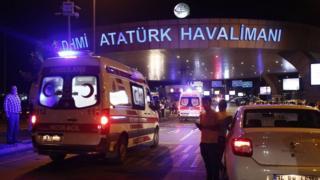 Ambulâncias rumo ao aeroporto de Istambul nesta terça