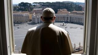 Papa Francisco observa a praça São Pedro, no Vaticano, vazia