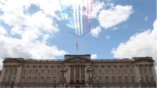 Червоні стріли над палацом