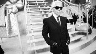 2008년 파리에서 패션쇼에서 라거펱트가 포즈를 취하고 있다