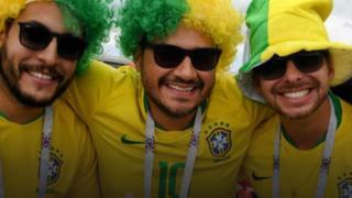 Cổ động viên Brazil trước giờ bóng lăn