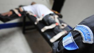 Un hombre simula una ejecución por inyección letal en Guatemala en 2008.