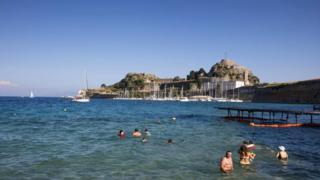 Теплые воды Средиземного моря влекут в Грецию любителей поплавать