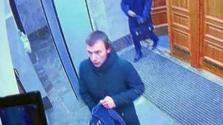 Камеры зафиксировали юношу, который принес взрывчатку в здание ФСБ