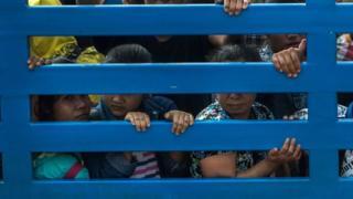 ၂၀၁၇ ခုနှစ်တုံးက ထိုင်းဘက်ခြမ်းကနေ ပြန်လည်လွှဲပြောင်းပေးခဲ့တဲ့ မြန်မာအလုပ်သမားတွေကို တွေ့ရစဉ်