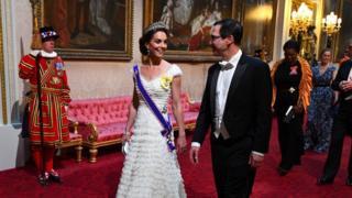 剑桥公爵夫人第一次佩戴她的皇家维多利亚十字勋章出席国宴。