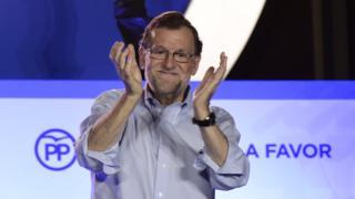 Mariano Rajoy, presidente de España, celebra con aplausos