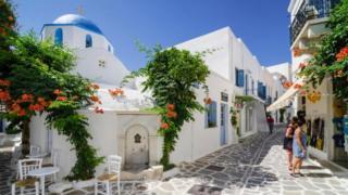 Các hòn đảo nghỉ mát được ưa thích, gồm cả đảo Paros, bị tràn ngập bởi việc cho thuê ngắn hạn đến nỗi một số dân địa phương bị đẩy ra khỏi ngôi nhà đang thuê dài hạn của mình