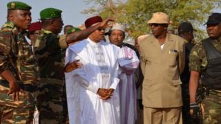 Le président du Niger (en boubou blanc) s'entretient avec des soldats de son pays déployés près de la frontière avec le Mali (photo d'archives).