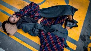 นางแบบนอนถ่ายแบบชุด Homeless Not Hopeless เลียนแบบคนไร้บ้าน