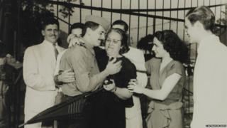 Familiares recebendo soldado