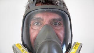 Donovan Tavera usando métodos especiales de protección.
