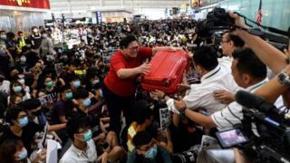 一名旅客尝试通过示威者占领的出境大堂