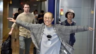 在从北京抵达芬兰赫尔辛基机场等待转机时,刘霞满张开双臂走向接机的人,神色愉悦。