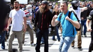 一名男子紧握拳头,似作准备跟其他人打架。