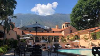 Sede do Caracas Country Club e sua piscina.