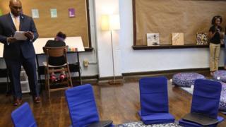 Diretor Brian Johnson com alunas na sala calmante