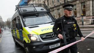Policía armado