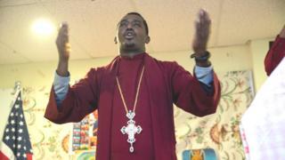 Luba Saamu'el Birhaanu tajaajila Afaan Oromoon yeroo gaggeessan