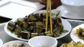 ویتنام میں سانپ کے گوشت کو کھانے کی چیزوں میں بڑا نفیس سمجھا جاتا ہے۔ اس ویڈیو کی چند تصاویر کچھ دیکھنے والوں کے لیے باعث اضطراب ہو سکتی ہیں۔